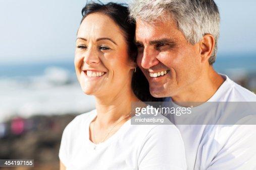Mediana edad esposo y esposa, que abrazan : Foto de stock