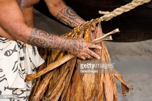 Mid section view of a man making a rope, Puuhonua O Honaunau National Historical Park, Kona Coast, Big Island, Hawaii Islands, USA : Foto de stock
