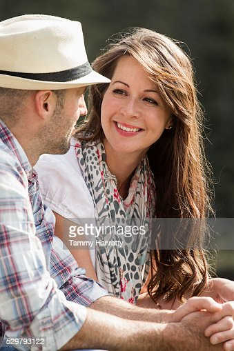 Mid-adult couple relaxing outdoors : Stockfoto