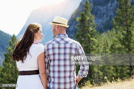 Mid-adult couple walking in mountains : Stockfoto