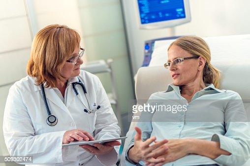 Milieu adulte femme expliquant son problèmes à son médecin
