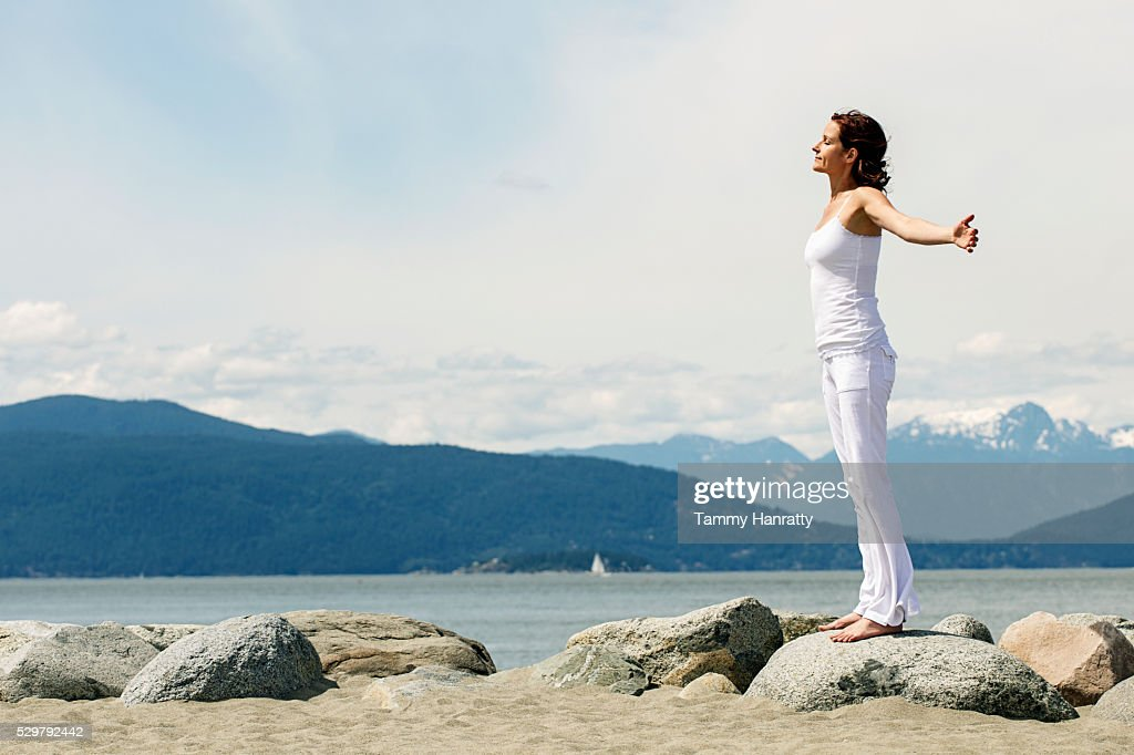 Mid-adult woman relaxing at sea : Stock Photo