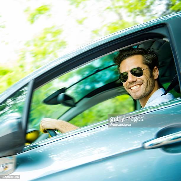 Meados de idade homem conduzir um carro