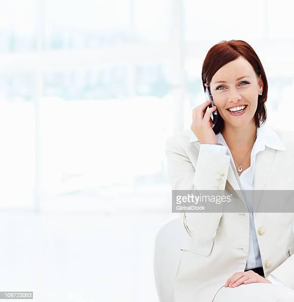 Mittleren Alter business-Frauen reden auf cellphone-copyspace
