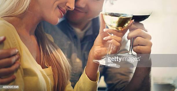 中央アンティーク風のカップルがかたまってワインを飲んでいます。