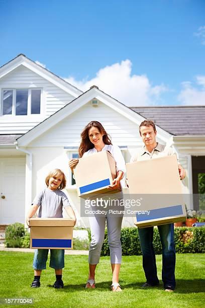 Medio invecchiato coppia con il loro figlio di passare alla nuova casa