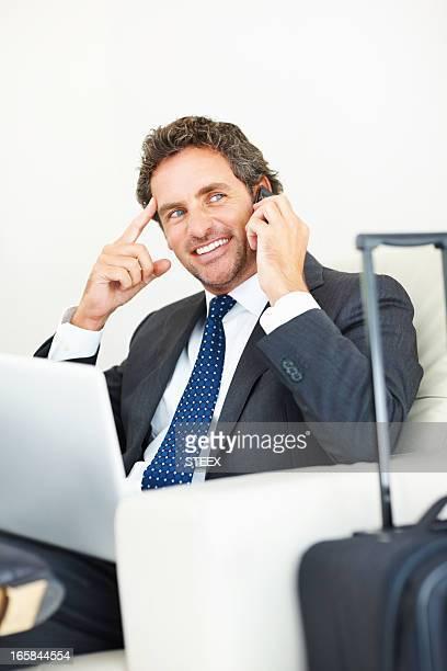 Milieu âgé executive prêt pour un voyage d'affaires