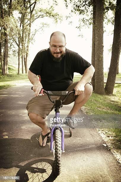 Milieu homme âgé de très petites balades en vélo