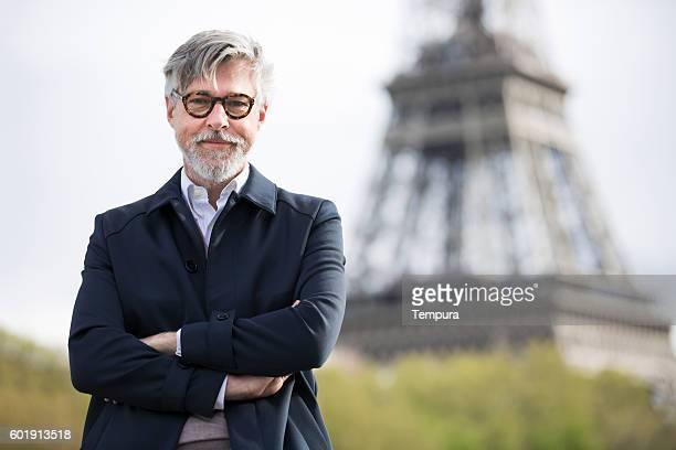 Mittleren Alter Mann auf Reisen in der Nähe von Eiffelturm.