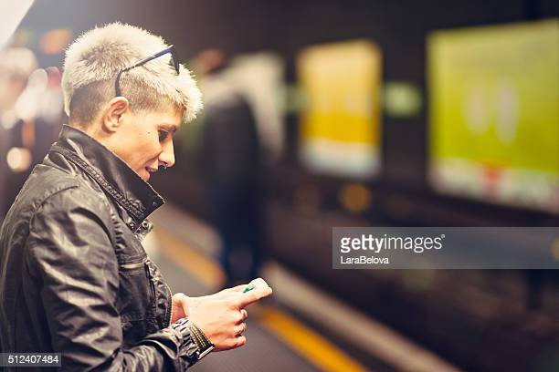 Medio invecchiato donna messaggistica nel metropolitan