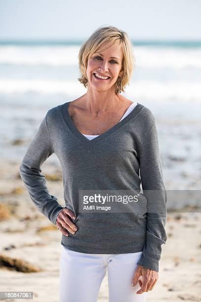 Medio invecchiato donna su una spiaggia