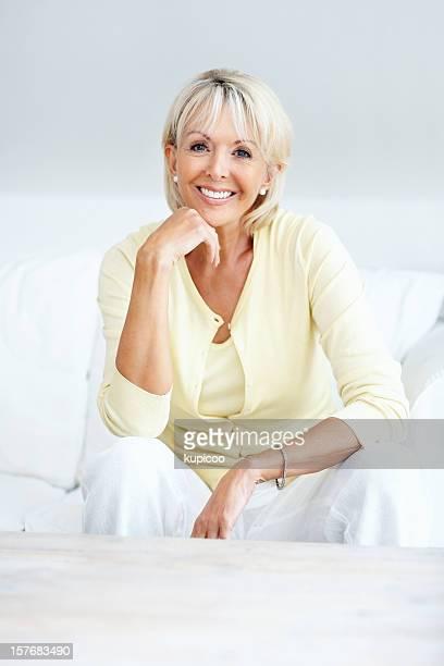 Middle vieille femme de détente sur le canapé-lit