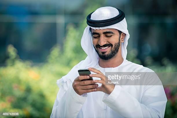 Moyen-Orient un homme d'affaires utilisant un téléphone Mobile