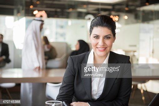 中東の笑顔でオフィスビジネスウーマン