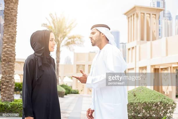 Del Medio Oriente Pareja hablando en un parque