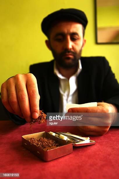 rolling sigarette uomo mediorientale