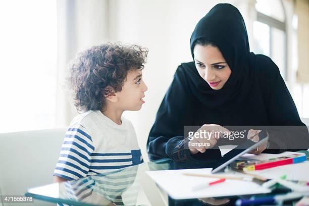 Oriente Medio madre ayudando a su hija con la tarea.