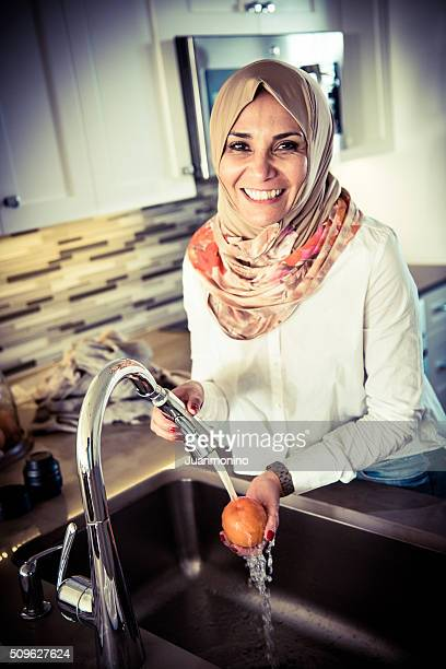 Mulher em casa do Médio Oriente