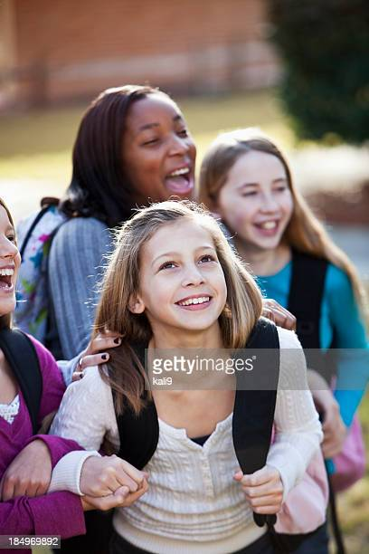 中学校で女性 bookbags 外