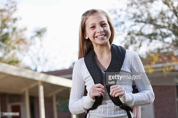 Studente di scuola media fuori con cartella