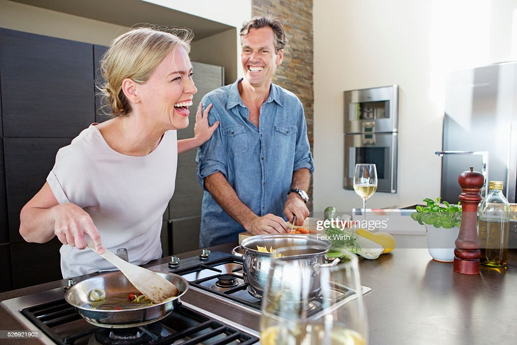 Middle-aged couple cooking together : Foto de stock