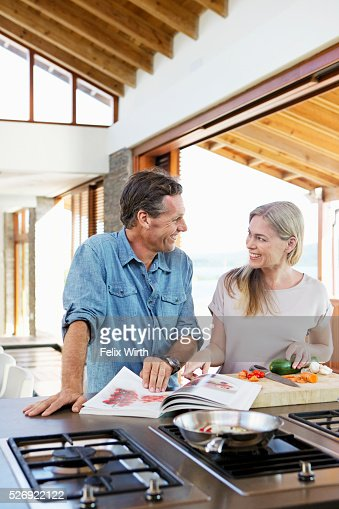 Middle-aged couple cooking together : ストックフォト