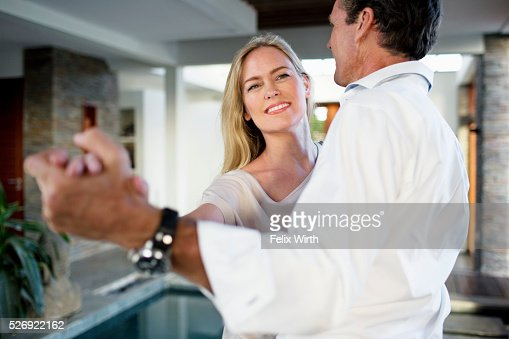 Middle-aged couple dancing at home : Stockfoto