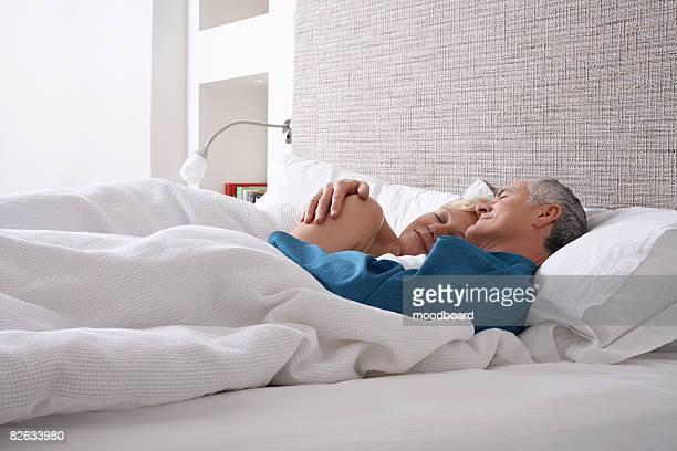 Älteres Paar schlafen im Bett