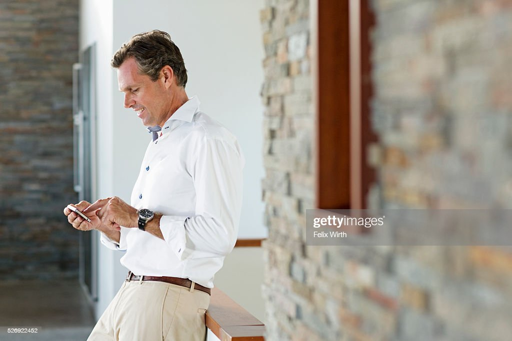 Middle-aged man texting : Stock-Foto