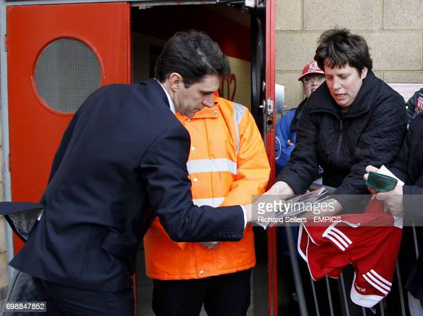 Middlesbrough manager Aitor Karanka signs autographs before the game
