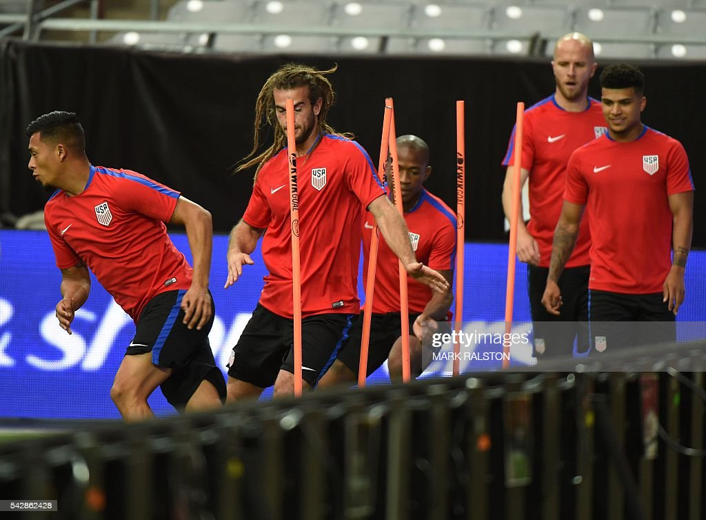 Midfielder Kyle Beckerman (2nd L) trains with other members of the US team on the eve of their COPA America 2016 3rd place final soccer match against Colombia at the University of Phoenix Stadium in Phoenix, Arizona on June 24, 2016. / AFP / Mark Ralston