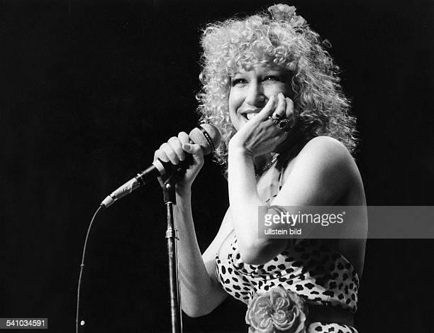 Midler Bette *Schauspielerin Saengerin USA Portrait am Mikrophon lacht 1978