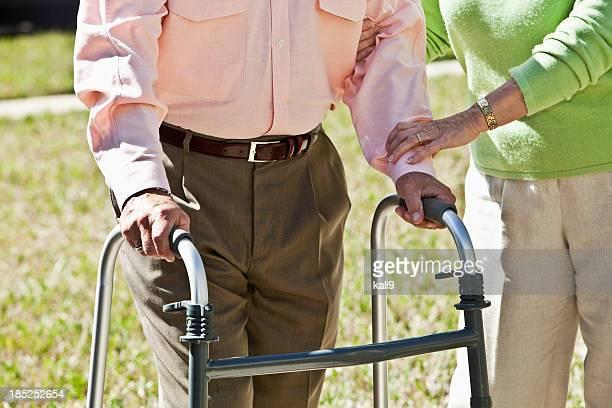Bauchgegend, altes Paar mit walker