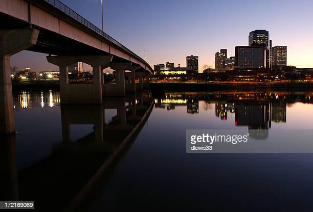 Skyline della città di sera di medie dimensioni