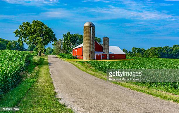 Midwest farm, country road und rote Scheune (P