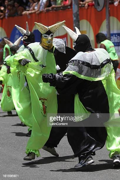 Miembros de la escuela de samba Pierrot desfilan durante el carnaval en el circuito Campo Grande el 12 de febrero de 2013 en Salvador Bahia