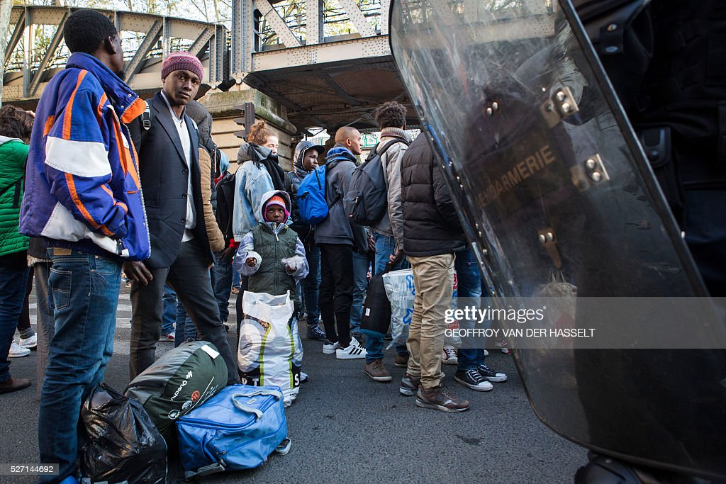 Migrants are evacuated by French police officers and gendarmes from a makeshift camp under the Stalingrad metro station in Paris, on May 2, 2016. / AFP / Geoffroy Van der Hasselt