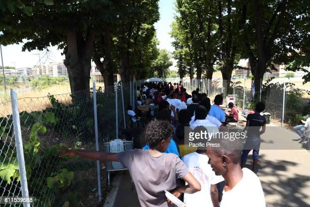 VIA CHIAROMONTE ROMA ITALY Migrants in a row for lunch One of the lunches that the volunteers of the Baobab Experience organization organize in the...
