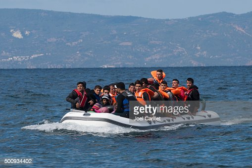 Migrants in inflatable boat between Greece and Turkey : Stockfoto
