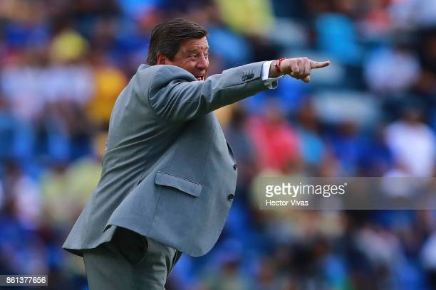 Miguel Herrera Coach of America gives instructions to his players during the 13th round match between Cruz Azul and America as part of the Torneo...