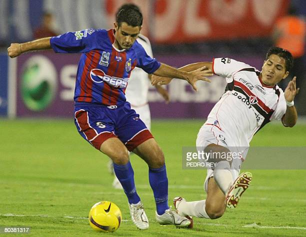Miguel Mea Vitali of Union Atletico Maracaibo is challenged by Juan Carlos Medina of Atlas de Mexico during a Copa Libertadores match at Pachencho...