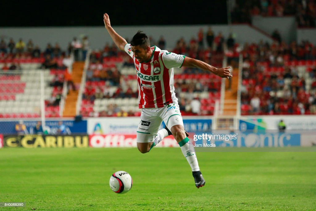 Miguel Ponce of Necaxa drives the ball during the seventh round match between Necaxa and Atlas as part of the Torneo Apertura 2017 Liga MX at Victoria Stadium on August 26, 2017 in Aguascalientes, Mexico.