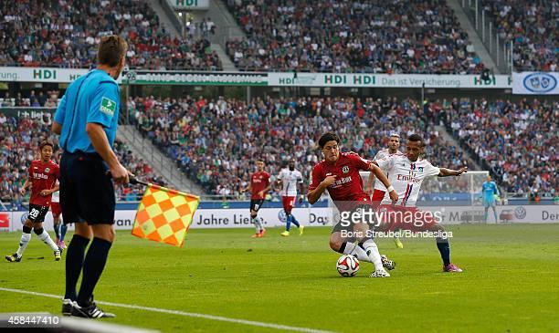 Miiko Albornoz aus Hannover im Zweikampf mit Julian Wesley Green aus Hamburg waehrend des 1Bundesligaspiels zwischen Hannover 96 und dem Hamburger SV...