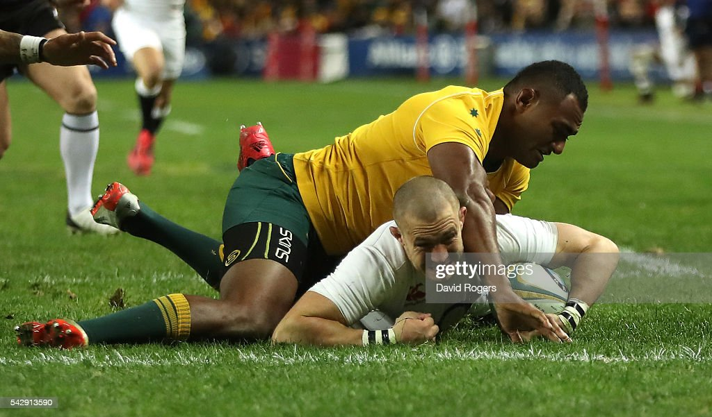 <a gi-track='captionPersonalityLinkClicked' href=/galleries/search?phrase=Mike+Brown+-+Rugby+Player&family=editorial&specificpeople=2385268 ng-click='$event.stopPropagation()'>Mike Brown</a> of England holds off <a gi-track='captionPersonalityLinkClicked' href=/galleries/search?phrase=Tevita+Kuridrani&family=editorial&specificpeople=7612194 ng-click='$event.stopPropagation()'>Tevita Kuridrani</a> to score their second try during the International Test match between the Australian Wallabies and England at Allianz Stadium on June 25, 2016 in Sydney, Australia.