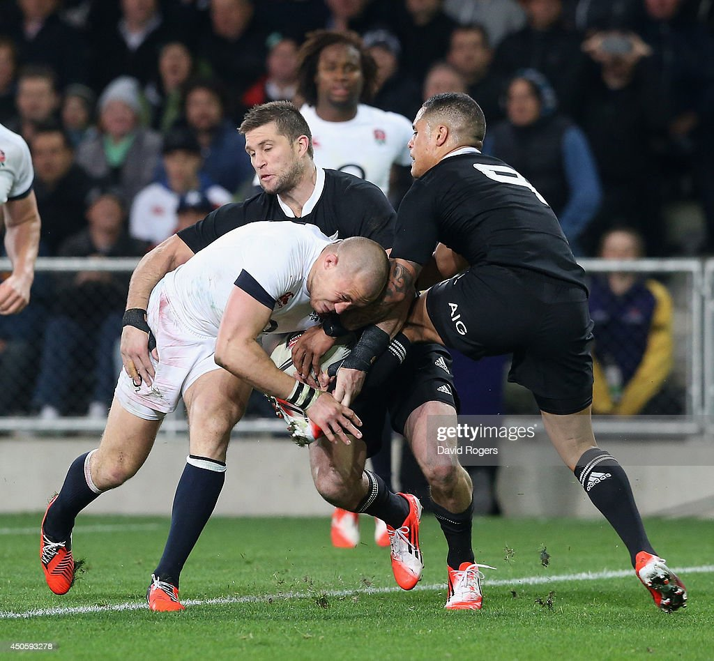 Mike Brown of England scores a try despite being challenged by Cory Jane and Aaron Smith during the International Test Match between the New Zealand All Blacks and England at Forsyth Barr Stadium on June 14, 2014 in Dunedin, New Zealand.