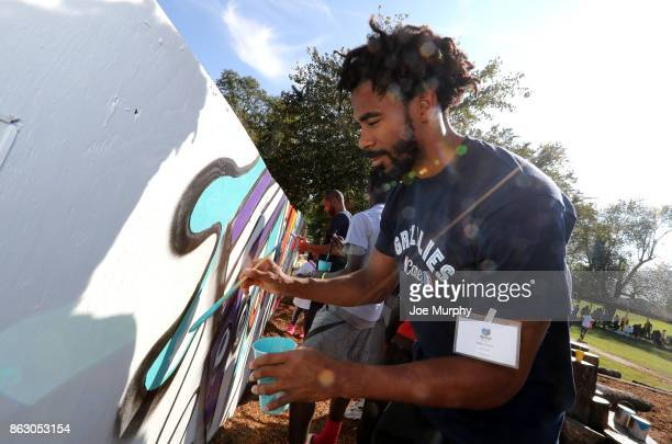 Mike Conley of the Memphis Grizzlies participate in a full team park cleanup on October 12 2017 in Memphis Tennessee NOTE TO USER User expressly...