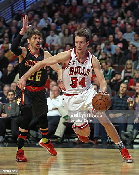 Mike Dunleavy of the Chicago Bulls drives around Kyle Korver of the Atlanta Hawks at the United Center on February 10 2016 in Chicago Illinois NOTE...