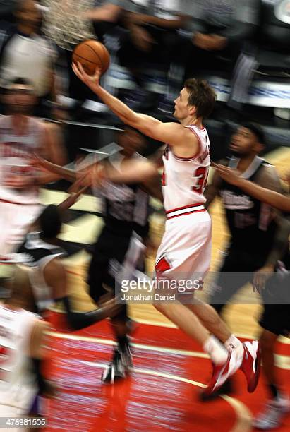 Mike Dunleavy of the Chicago Bulls drives to the basket against the Sacramento Kings at the United Center on March 15 2014 in Chicago Illinois The...