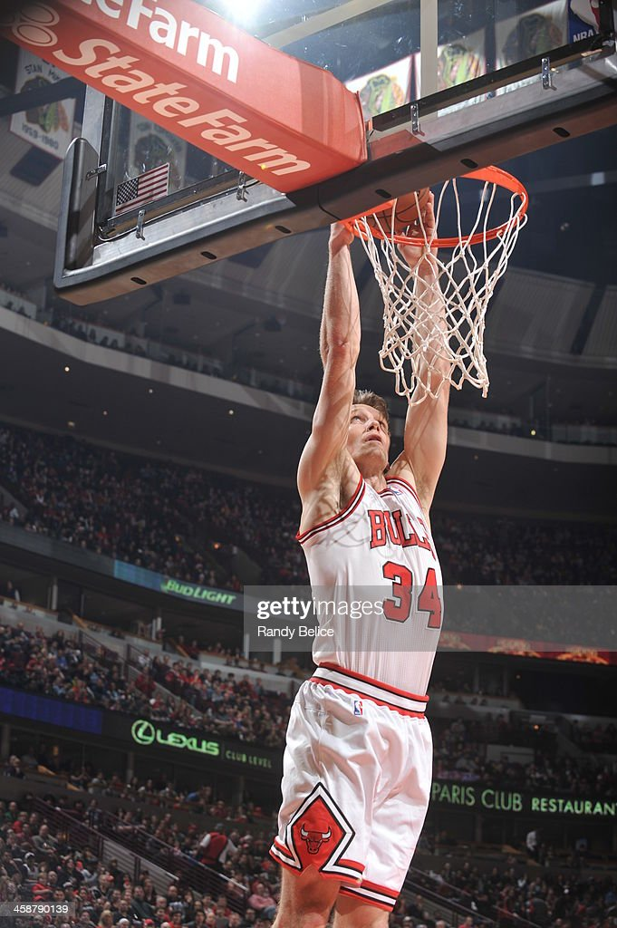 Mike Dunleavy #34 of the Chicago Bulls dunks against the Cleveland Cavaliers on December 21, 2013 at the United Center in Chicago, Illinois.
