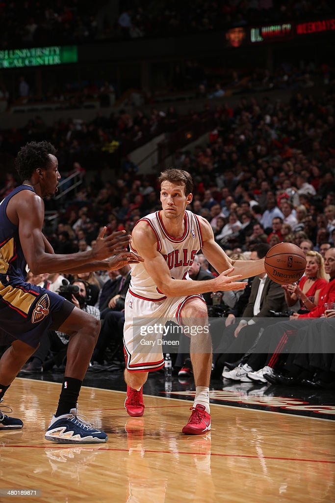 Mike Dunleavy #34 of the Chicago Bulls handles the ball against the New Orleans Pelicans on December 2, 2013 at the United Center in Chicago, Illinois.